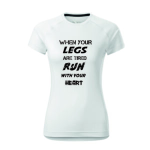 Feliratos, fehér női futó póló, gyorsan száradó anyagból.