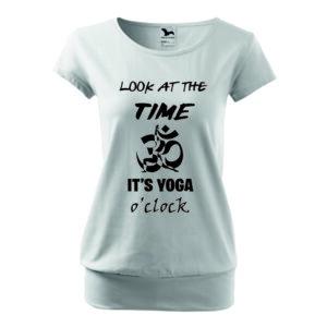 Laza szabású, női fehér jógás póló mintával és felirattal