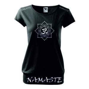 Laza szabású, női fekete jógás póló mintával és felirattal